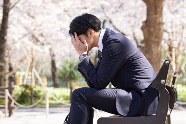 転職活動に悩む男性